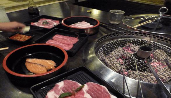 Barbecue im Hajime Robot Restaurant in Bangkok